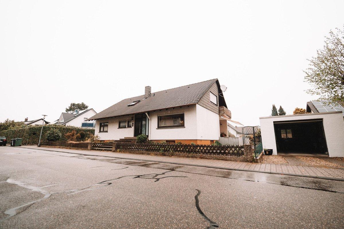 Großzügiges Familienglück! Freistehendes Ein- bis Zweifamilienhaus in guter Wohnlage in Spöck, 76297 Stutensee / Spöck, Einfamilienhaus zum Kauf